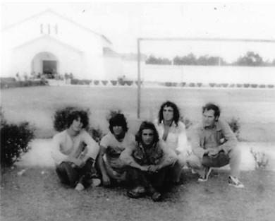 da esquerda para a direita: Maurício, Tó, Soares, Juvenal e a António Ferreira de Jesus no pátio do campo de futebol do E.P. de Pinheiro da Cruz em 1977