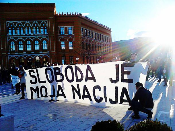 """Manifestação em Sarajevo, na faixa pode-se ler: """"a minha nação é a liberdade"""""""