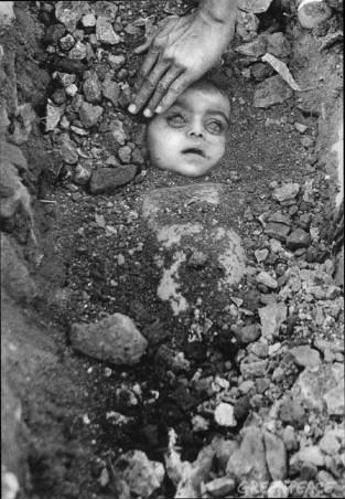 Enterro de uma criança desconhecida. Esta foto tornou-se o simbolo do pior desastre industiral da história.