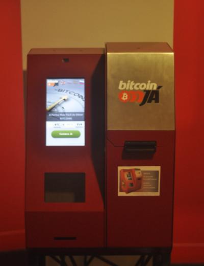 ATM Bitcoin (multibanco) instalada no centro comercial Saldanha em Lisboa. Estas máquinas têm-se multiplicado por vários paises desde Outubro de 2013, data em que o primeiro equipamento foi instalado em Vancouver, no Canadá.
